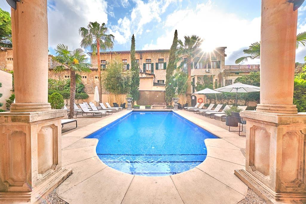 L'Avenida Hotel pool